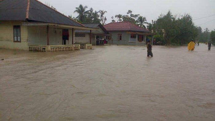 Pol PP Bangka Bantu Atur Lalu Lintas di Ruas Jalan Raya Lumut yang Terendam Banjir