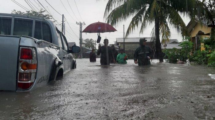 FOTO-foto Banjir Melanda Kampung Amau Belitung - jalan-dipenuhi-air-akibat-banjir-yang-melanda-kabupaten-belitung.jpg