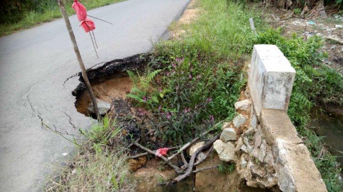 Warga Keluhkan Jalan Penghubung Desa Rusak