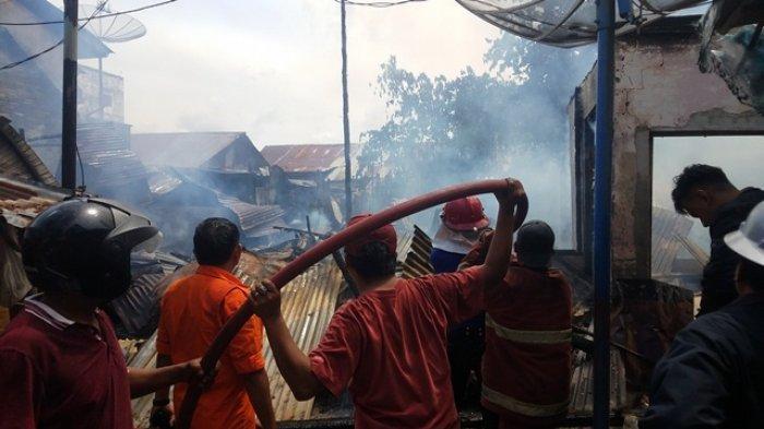 BREAKING NEWS Kebakaran di Pusat Kota Tanjungpandan Menghanguskan Lima Rumah Kontrakan