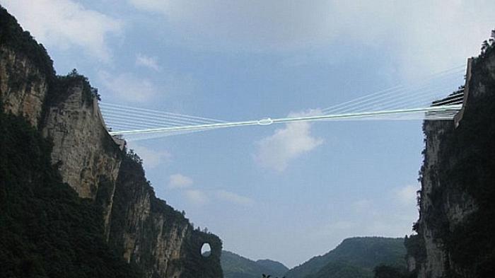 Jembatan Kaca Sepanjang 430 Meter Ini Retak Setelah Jurnalis Mengujinya Dengan Palu