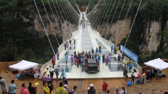 Jembatan Kaca Tertinggi di China Ditutup, Ini Tenyata Penyebabnya