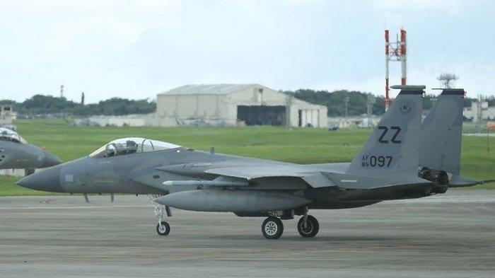 Jet tempur F-15 milik Angkatan Udara AS saat diparkir di Pangkalan Udara Militer AS di Okinawa.