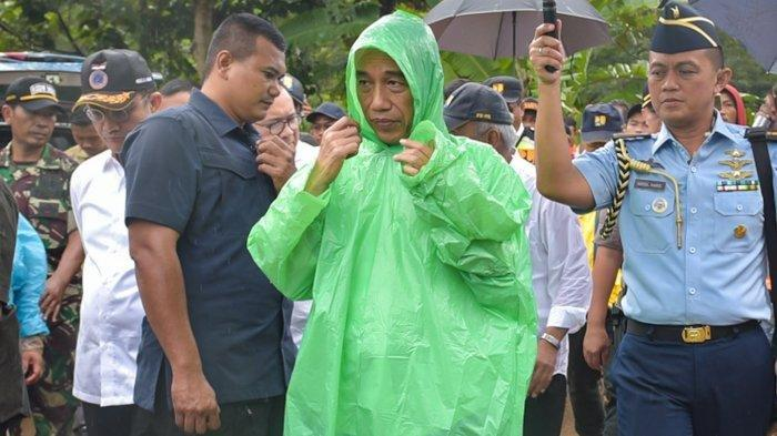 Jokowi Tinjau Korban Banjir di Bogor, Ternyata Kenakan Jas Hujan 'Kresek' Seharga Rp 10 Ribu