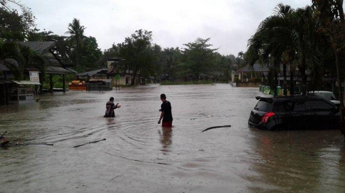 VIDEO Lalu Lintas saat Banjir di Kawasan Pasar Inpres Sungailiat