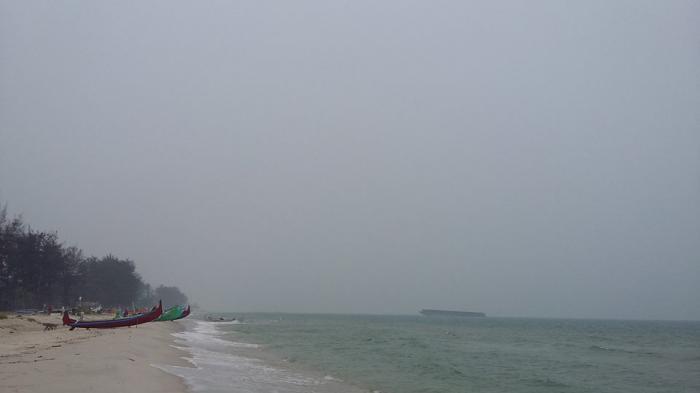 Kabut Asap Selimuti Pantai Serdang Beltim