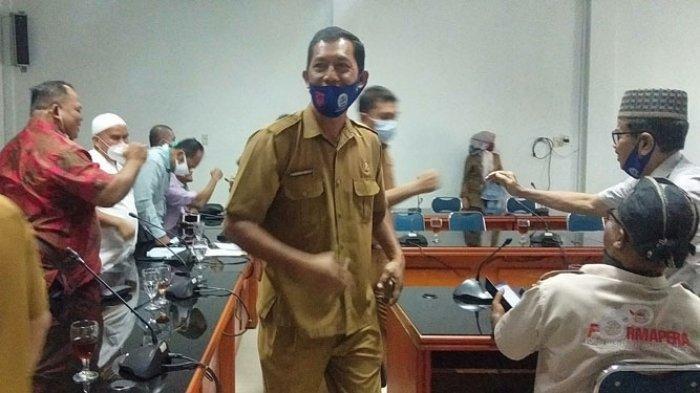 Kades Tanjung Sari Kecamatan Batang Kuis, M. Hidayah alias Wiwid alias Ahok ketika hadir di kantor DPRD Deliserdang Selasa, (20/10/2020).