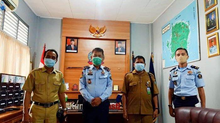 Kalapas Kelas IIB Tanjungpandan Romiwin Hutasoit menyambut kedatangan Kadindikbud Junaidi bersama jajaran.