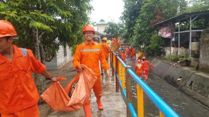Antisipasi Banjir DLH Kabupaten Belitung Bersihkan Seluran Drainase Kampung Amau