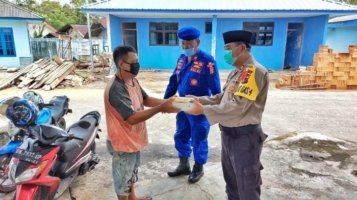 Polisi di Belitung Timur Bikin Program Nasi Jumat Berkah, Bantu Masyarakat Terdampak Covid-19