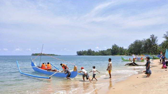 Warna Warni Pelangi Perahu Kater di Pantai Burong Mandi