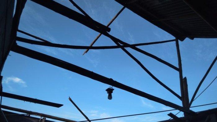 Angin Kencang Bikin Atap Rumah Buhori Terlempar Hingga 30 Meter