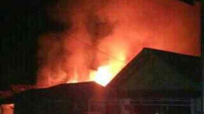 (Video) Ditinggal ke Warung, Rumah Politisi PBB Hangus Terbakar
