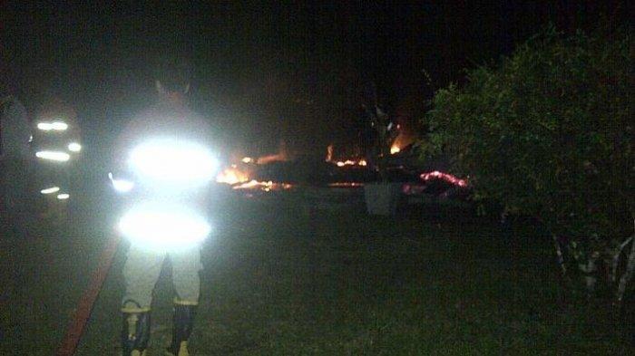 Lihat Kebakaran, Warga Buntuti Mobil Pemadam Kebakaran