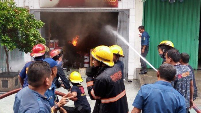 Toko Cat dan Bahan Bangunan Meledak Lalu Terbakar, Pemilik Terjebak di Lantai Dua