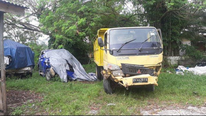 Dua Unit Mobil Mengalami Kecelakaan, Diduga Karena Jalan Licin, Kondisi Mobil Rusak Berat