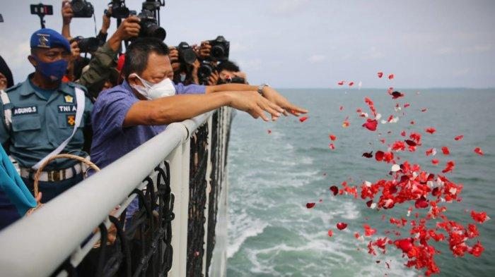 Keluarga Korban Musibah Pesawat Sriwijaya Air SJ-182 Tabur Bunga di Perairan Kepulauan Seribu