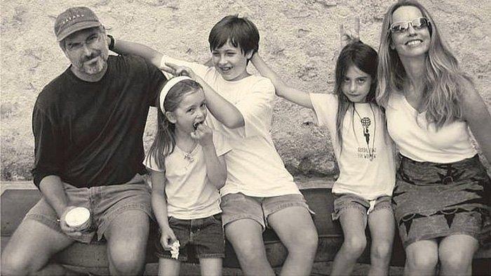 Keluarga Steve Jobs. Steve Jobs (kiri) dan istrinya Laurene Powell-Jobs (kanan), mengapit ketiga anak mereka, Eve, Reed, dan Erin. Steve Jobs dan istrinya sudah mengumumkan bahwa anak-anak mereka tidak akan mewarisi kekayaannya yang jumlahnya fantastis, mencapai Rp 496 triliun.