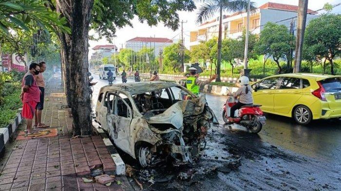 Kendaraan roda empat terbakar usai terlibat kecelakaan lalu lintas di Jalan By Pass Ngurah Rai, Badung, Bali, Kamis pagi.