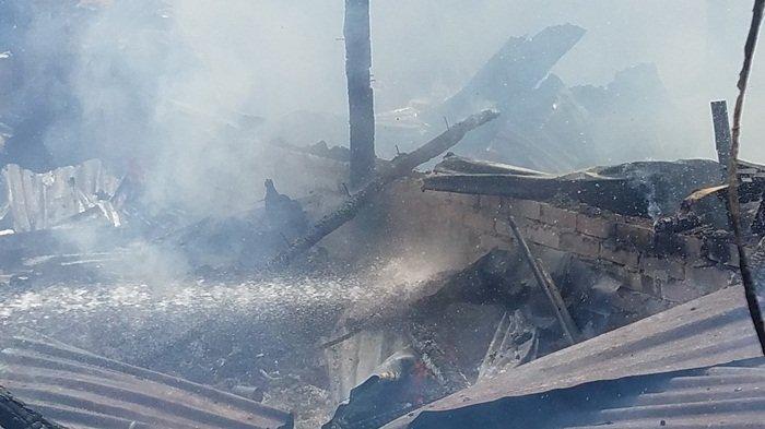 Sebelum Lakukan Pemadaman Lima Rumah Kontrakan yang Terbakar, Kapala BPBD Belitung Sempat Lihat Ini