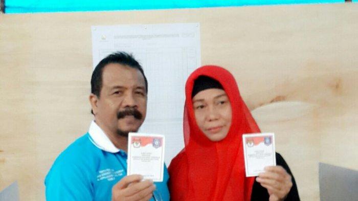 Hujan Lebat tak Halangi Ketua DPRD Beltim Bersama Istri Mencoblos