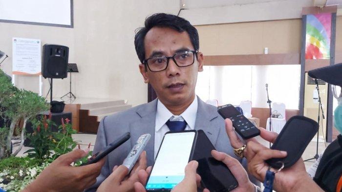 Ketua KPU Belitung Timur, Rizal saat diwawancarai awak media di Audotarium Zahari MZ. Kamis (24/9/2020)