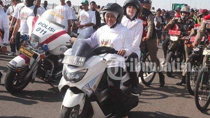 Bikin Heboh, Gubernur Jatim Khofifah Naik NMAX, Bonceng Arumi Bachsin