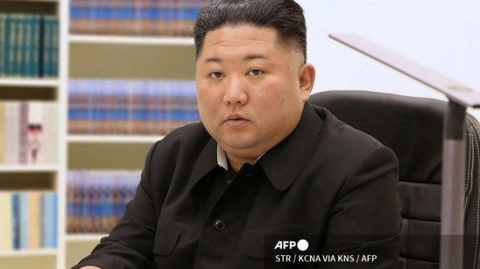 Gambar ini dirilis oleh Korean Central News Agency (KCNA) resmi Korea Utara pada 1 Januari 2021 menunjukkan pemimpin Korea Utara Kim Jong Un menulis surat tulisan tangan untuk semua orang di Tahun Baru 2021.