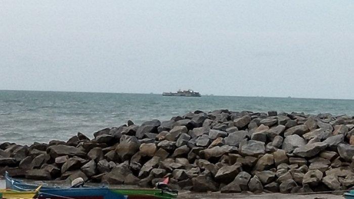 Emak-emak Nekat Naik Perahu Usir KIP dari Pantai Matras, Jangan Rusak Kinceng Nasi Kami !