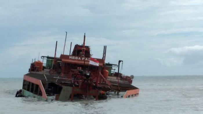 Kapal Isap Produksi (KIP) Mega Fajar mitra PT Timah Tbk kandas di pinggir Pantai Matras Kecamatan Sungailiat Kabupaten Bangka, Sabtu (2/1/2021) pagi