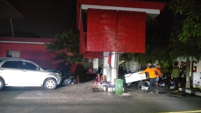 Detik-detik Mobil Tabrak Mesin Pengisian BBM di SPBU, Pengemudi Sempat Melarikan Diri