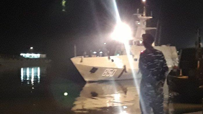 KRI Sembilang tiba di Pelabuhan Pangkalbalam, Pangkalpiang, membawa awak KM Rizky Billitong yang tenggelam di sekitar Perairan Langkah, Pulau Bangka, Minggu (6/12/2020) malam