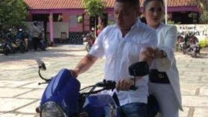 Krisdayanti dan Raul Lemos Boncengan Naik Motor ke TPS, Sapa Warga di Sepanjang Perjalanan