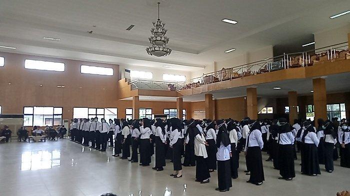 Bupati Belitung H Sahani Saleh (Sanem), Selasa (29/12/2020) menyerahkan secara simbolis SK CPNS di Ruang Serbaguna Pemkab Belitung.