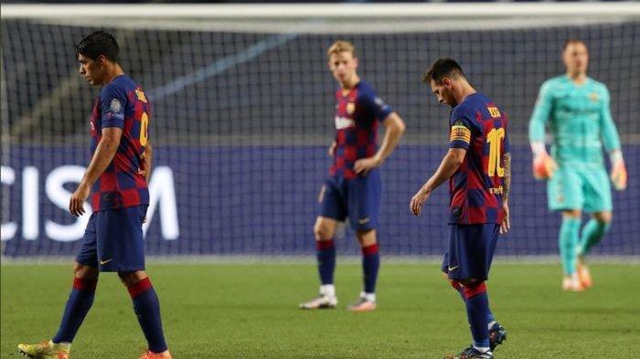 Lionel Messi, Luis Suarez, dan Frenkie de Jong tampak tertunduk lesu usai Barcelona tersingkir tragis dengan skor telak 2-8 dari Bayern Muenchen di babak perempat final Liga Champions 2019-2020.