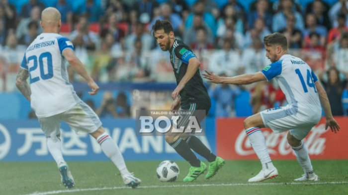 Kapten timnas Argentina, Lionel Messi (tengah), saat dijaga ketat oleh dua pemain Islandia, Emil Hallfredsson (kiri) dan Kari Arnason (kanan) dalam laga grup D Piala Dunia 2018 di Spartak Stadium, Moskow, Rusia pada 16 Juni 2018.