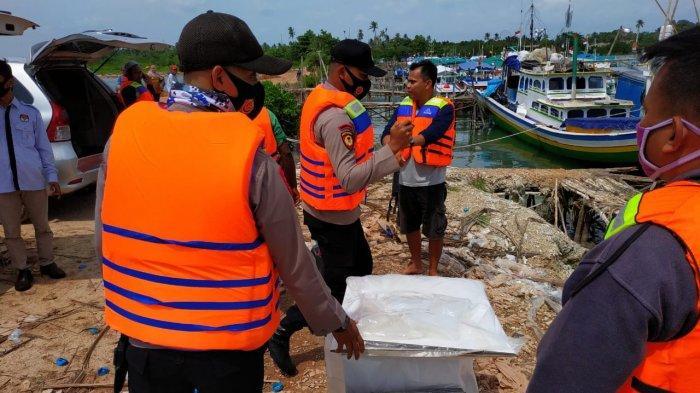 Pihak kepolisian saat mengawal pendistribusian logistik pilkada ke pulau
