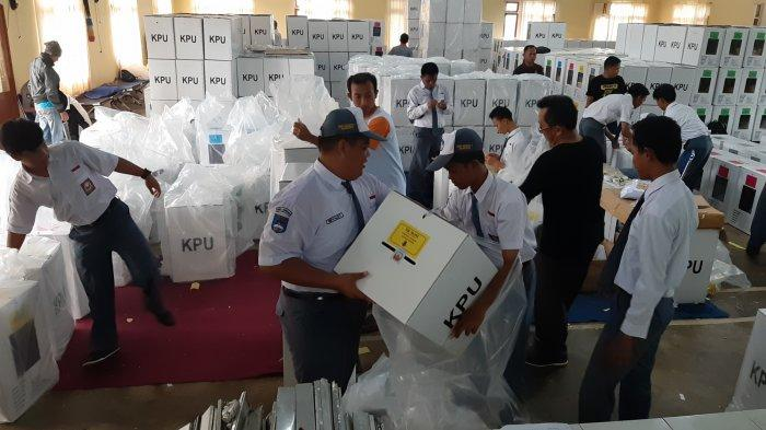 Proses Pengepakan Logistik KPU Belitung Timur Di Bantu Siswa SMKN 1 Manggar