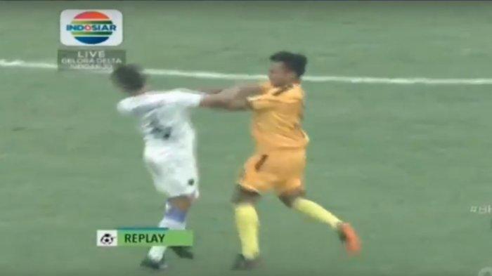 Terekam Pemain Bhayangkara FC M Hargianto Tinju Pemain Persela Lamongan Ahmad Baasith