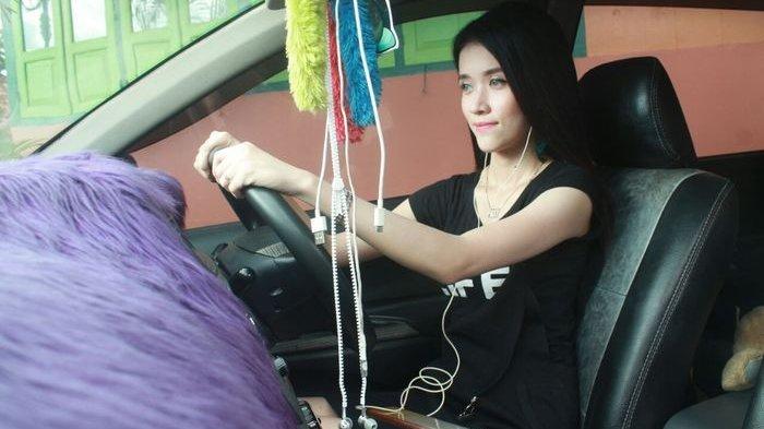 Terjebak Macet Panjang Saat Pergi Kuliah, Mahasiswi Cantik Lakukan Ini dengan Pacarnya dalam Mobil