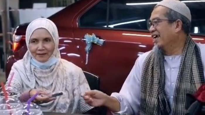 Ibu dan Ayah sedang Makan Tiba-tiba Meneteskan Air Mata Saat ada Mobil Berpita
