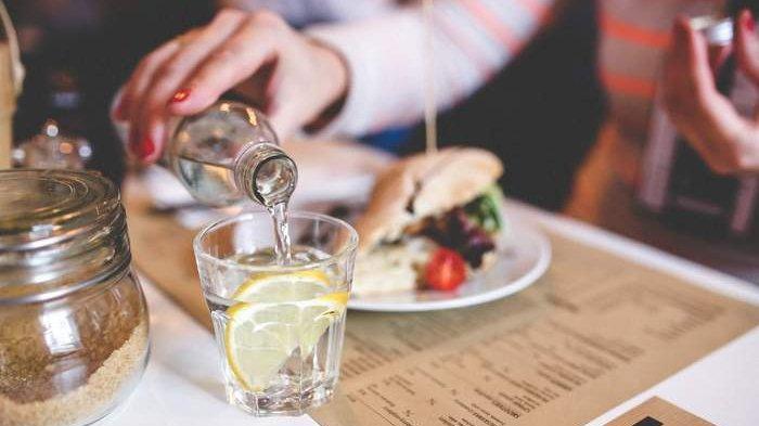 Ini yang Akan Terjadi Pada Tubuh saat Kita Makan Sambil Minum