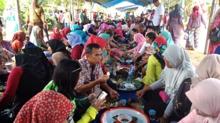 Makan Tanggong 1.000 Dulang,Pjs Bupati Sahirman: Jaga Budaya Adat Belitong - makan-tanggong-1000-dulang_20180409_100846.jpg