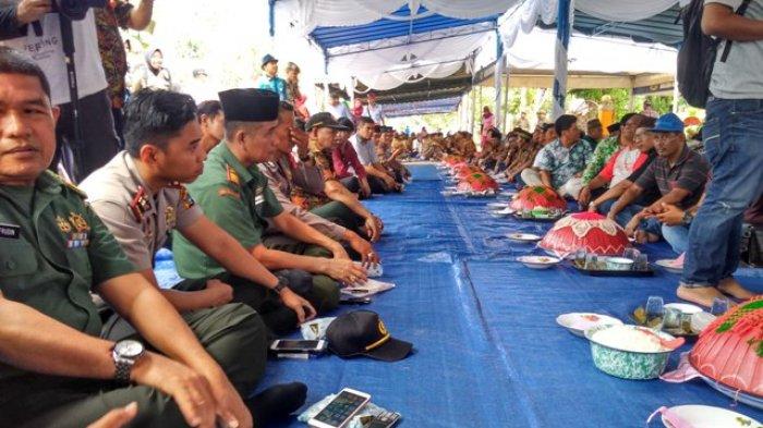 Makan Tanggong 1.000 Dulang,Pjs Bupati Sahirman: Jaga Budaya Adat Belitong - makan-tanggong-1000-dulang_20180409_101032.jpg