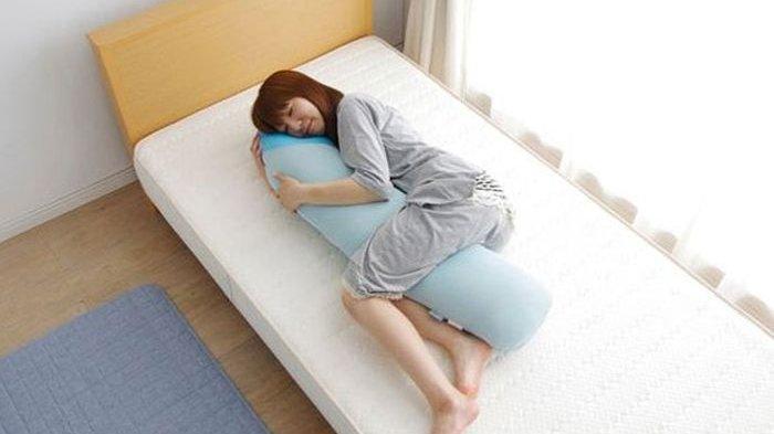 Hobi Peluk Guling Saat Tidur Rupanya Bermanfaat, Mendengkur dan Sakit Pinggang Cepat Teratasi!