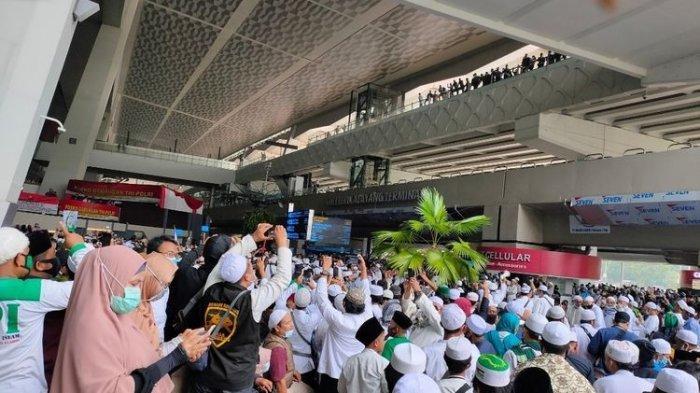 Pekerja di Bandara Terpaksa Jalan Kaki, Akses ke Bandara Terhambat Massa Sambut Rizieq Shihab