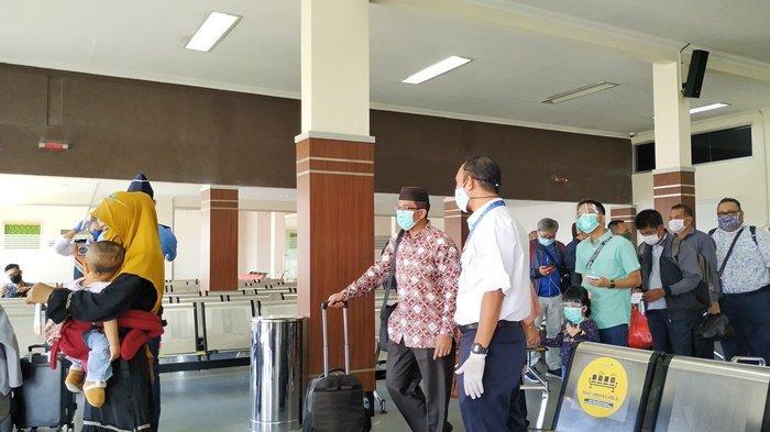 Kepala Bandara HAS Hanandjoedin Untung Basuki saat memantau penumpang yang bersiap boarding di terminal keberangkatan