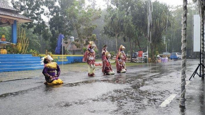 Penari Sanggar Seni Kabong Pukau Penonton Meski Menari Diguyur Hujan