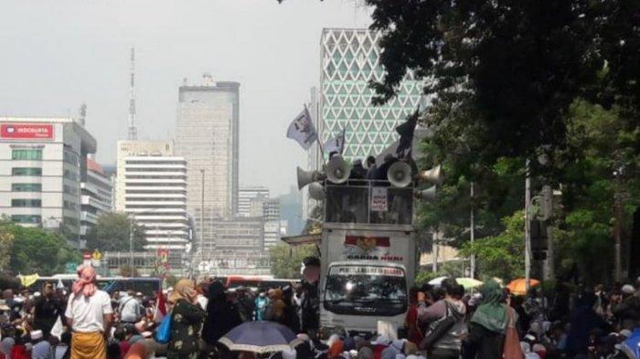 Massa Memenuhi Medan Merdeka Barat di Sekitar Gedung MK, Meski Dilarang