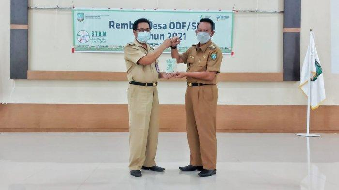 Desa STBM Wujudkan Belitung Timur Kabupaten Sehat - menerima-penghargaan-b.jpg